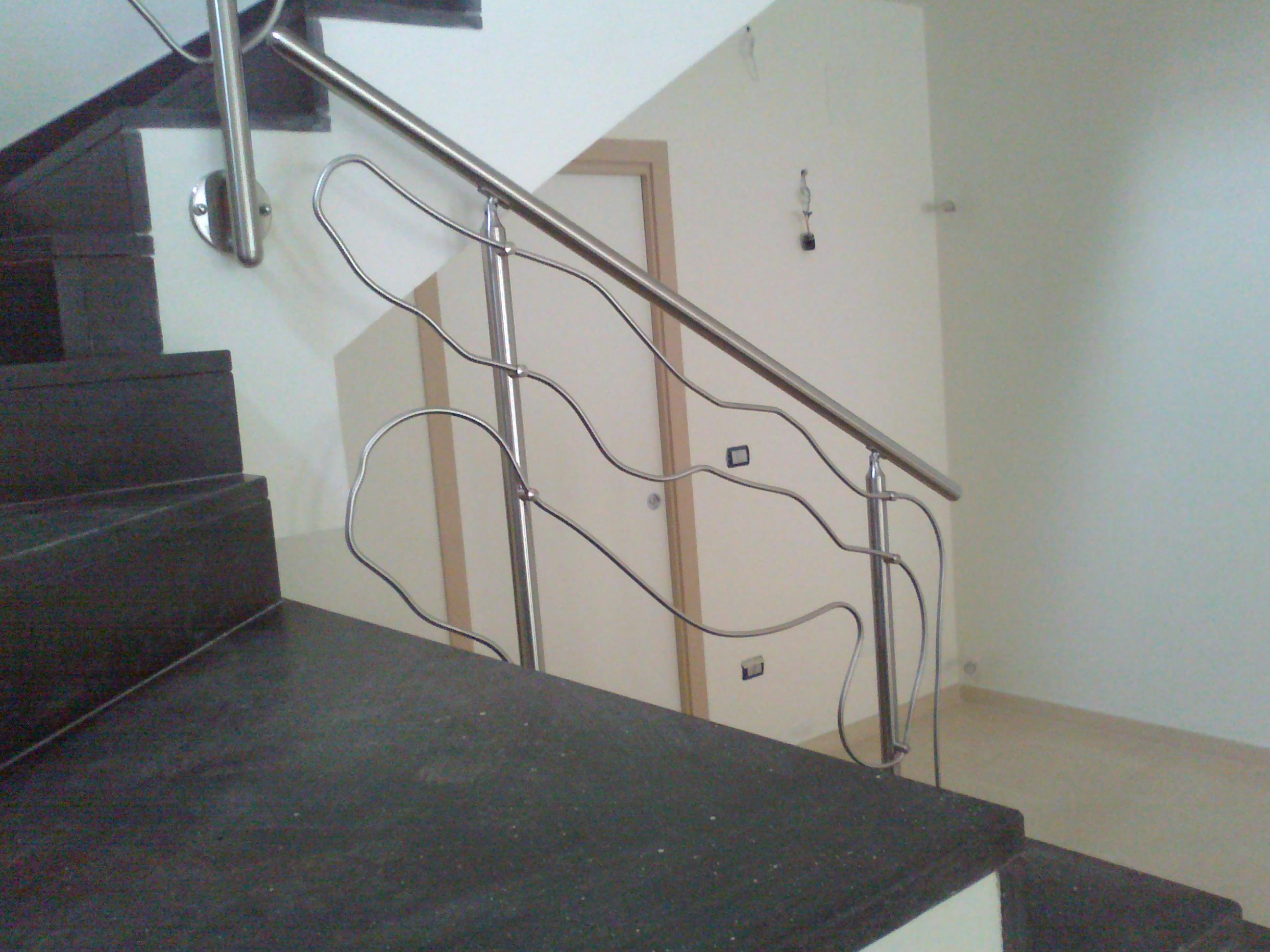 Ringhiera moderna in acciaio inox con disegno astratto - Ringhiere da interno moderne ...