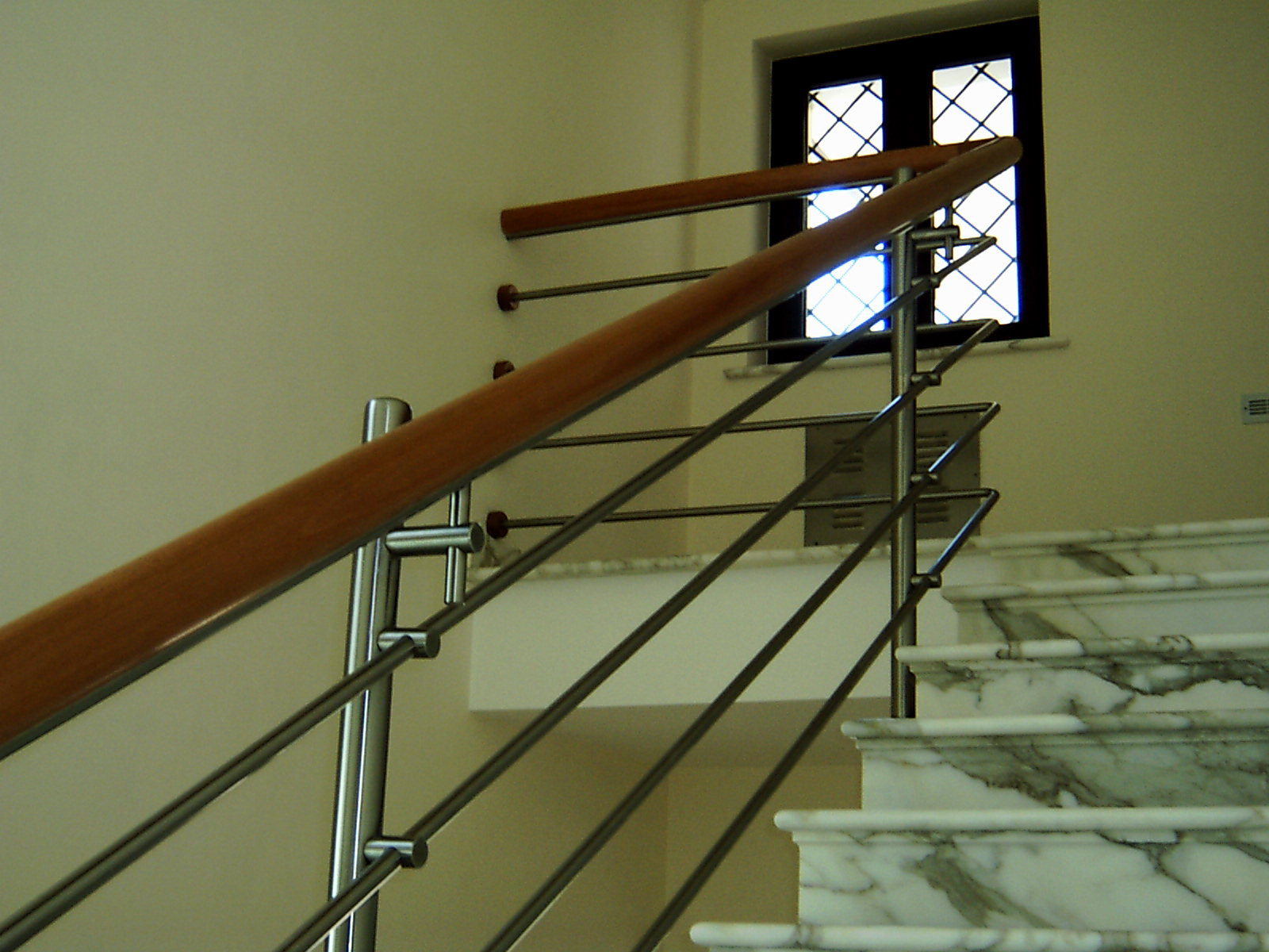 Ringhiera da interni in acciaio inox con corrimano in legno for Ringhiere usate