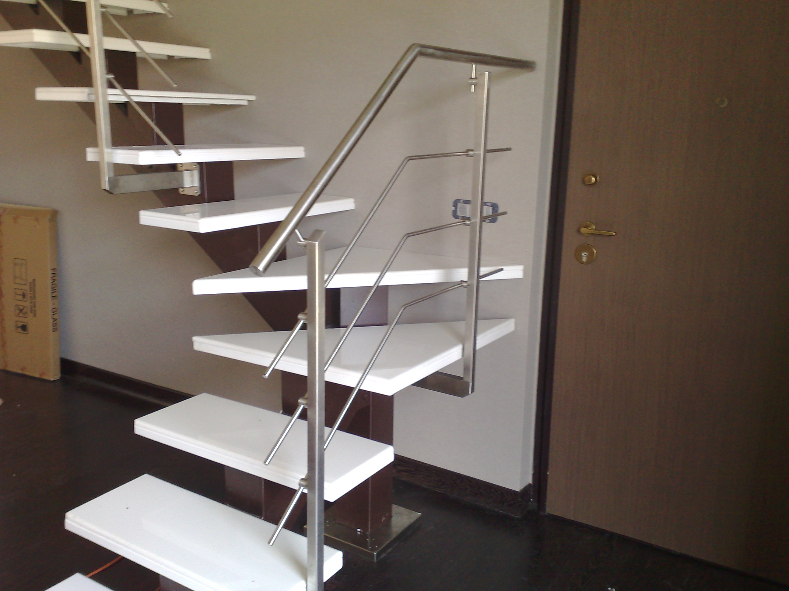Scala autoportante per interni in ferro e acciaio inox - Ringhiere da interno moderne ...
